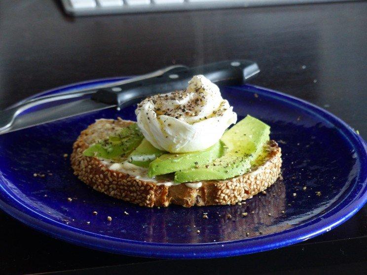 Tostada de Vegemite con Aguacate y huevo pochado
