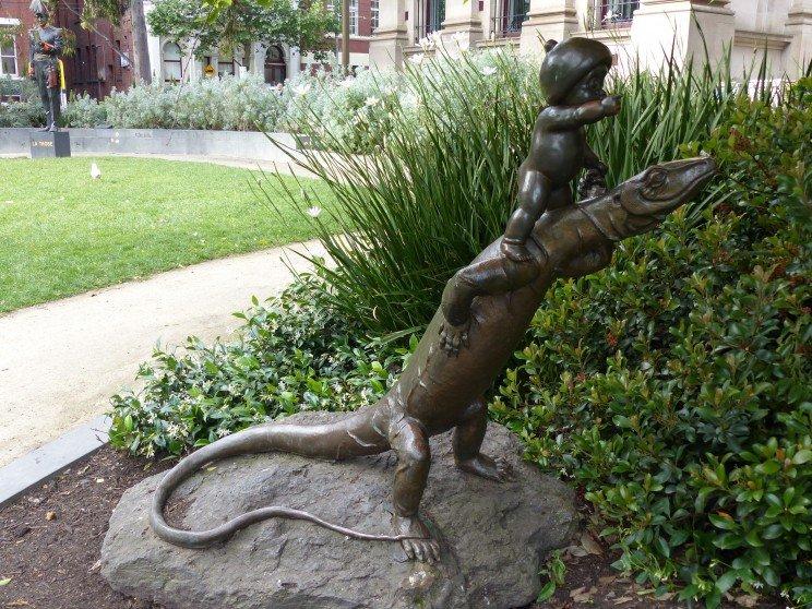 estatua-niño-y-varano